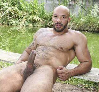 Kadu Machado fez um ensaio fotográfico em março de 2020 e agora tem 31 anos de idade. Ele retorna mais peludo e bem mais descontraído. Ele é do signo de Áries e nasceu em São Paulo.